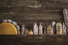 Asortyment salami na nieociosanym stole fotografia stock