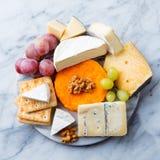 Asortyment ser, winogrona i krakersy, Marmurowy t?o Odg?rny widok obrazy royalty free