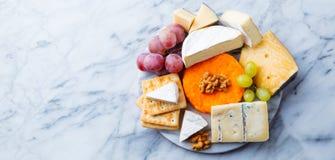 Asortyment ser, winogrona i krakersy, Marmurowy t?o Odg?rny widok kosmos kopii fotografia stock