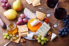 Asortyment ser, winogrona z czerwonym winem w szk?ach Drewniany t?o Odg?rny widok zdjęcia stock