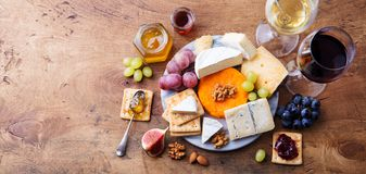 Asortyment ser z czerwonym i białym winem w szkłach Drewniany t?o Odg?rny widok kosmos kopii zdjęcie stock