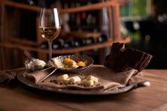 Asortyment sery na rocznik tacy z burlap na drewnianym tabletop chlebowy ser, błękitny ser, mascarpone obrazy stock