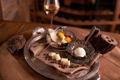 Asortyment sery na rocznik tacy z burlap na drewnianym tabletop chlebowy ser, błękitny ser, mascarpone, w restauran fotografia royalty free