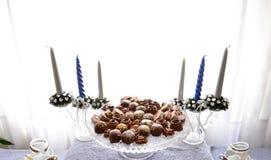 Asortyment smakowici czekoladowi cukierki na talerzu Zdjęcia Stock