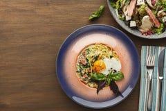 Asortyment smakowici restauracyjni naczynia, odgórny widok Zdjęcie Royalty Free