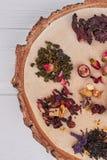Asortyment sucha herbata na drzewnym plasterku, odgórny widok zdjęcie royalty free