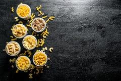 Asortyment suchy makaron w pucharach zdjęcie royalty free