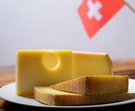 Asortyment Szwajcarscy sery Emmental lub Emmentaler ciężki ser z round dziurami, Gruyere, appenzeller i raclette używać dla, obraz stock