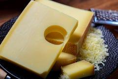 Asortyment Szwajcarscy sery Emmental lub Emmentaler ciężki ser z round dziurami, Gruyere, appenzeller i raclette używać dla, obrazy stock