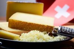 Asortyment Szwajcarscy sery Emmental lub Emmentaler ciężki ser z round dziurami, Gruyere, appenzeller i raclette używać dla, fotografia royalty free