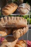 Asortyment towary, chleb i piekarnie piec, Mieszanka chleb Servind chleby piekarzi Zdjęcia Stock