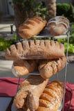 Asortyment towary, chleb i piekarnie piec, Mieszanka chleb Servind chleby piekarzi Obrazy Royalty Free
