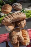 Asortyment towary, chleb i piekarnie piec, Mieszanka chleb Servind chleby piekarzi Zdjęcie Stock