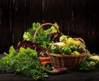 Asortyment warzywa i zieleni ziele sprzedażny obrazy stock