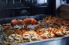 Asortymentu owoce morza w gablocie wystawowej przy restauracją zdjęcie royalty free