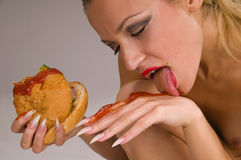 łasowania hamburgeru naga kobieta Zdjęcia Stock