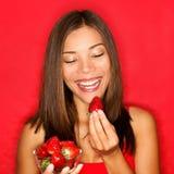łasowania truskawek truskawki kobieta Zdjęcie Stock