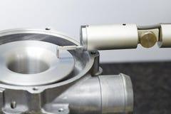 Aspérité de turbo d'inspection d'opérateur par l'appareil de contrôle de rugosité photo stock