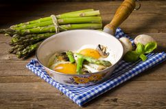 Asparagi with fried egg Royalty Free Stock Photography