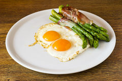 Asparagi with fried egg brown Royalty Free Stock Images
