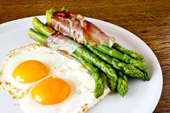 Asparagi with fried egg brown Stock Photography