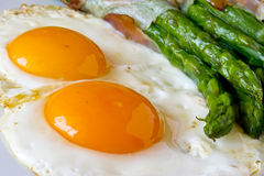 Asparagi with fried egg brown Royalty Free Stock Photos