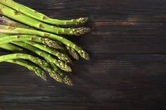 Asparagi verdi su legno grezzo stock photography