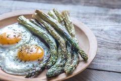 Asparago arrostito con le uova fritte Immagini Stock Libere da Diritti