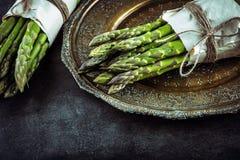 Asparago Asparago grezzo Asparago fresco Asparago verde Asparago legato in altre posizioni fotografia stock