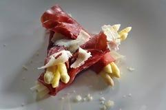 Asparago bianco avvolto in prosciutto di bresaola e decorato con duro Fotografia Stock
