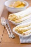 Asparago bianco sbucciato crudo pronto su un piatto di due bianchi Fotografia Stock