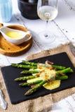 Asparago con salsa olandese ed il prosciutto di Parma porre immagini stock
