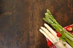 Asparago e fragole Immagini Stock
