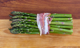 Asparago fresco con bacon Fotografia Stock