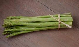 asparago fresco sulla tavola di legno Fotografie Stock
