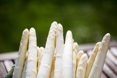 Asparago, merce nel carrello bianca dell'asparago, fondo verde Fotografia Stock