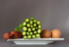 Asparago, salsiccia ed uova su una zolla immagine stock libera da diritti