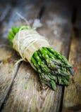 Asparago su fondo di legno rustico Fotografia Stock