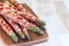 Asparago verde avvolto con bacon sul bordo di legno, orizzontale, Immagini Stock Libere da Diritti