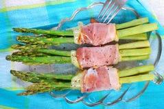 Asparago verde con il prosciutto e la mozzarella Fotografie Stock Libere da Diritti