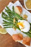 Asparago verde con l'uovo affogato Fotografia Stock Libera da Diritti