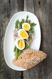 Asparago verde con l'uovo affogato su un piatto Immagine Stock Libera da Diritti