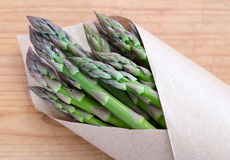 Asparago verde da un mercato degli agricoltori nell'imballaggio della carta marrone - fotografia stock libera da diritti