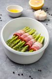 Asparago verde fresco con bacon fotografie stock libere da diritti