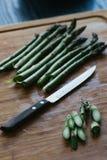 Asparago verde intero e taglio Fotografie Stock Libere da Diritti