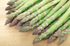 Asparagus on cutting board Royalty Free Stock Photos