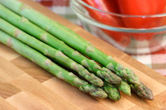 Asparagus on cuttingboard Royalty Free Stock Photos