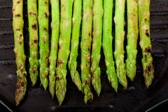 Asparagus on grill plate Royalty Free Stock Photos