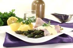 Asparagus with hollandaise sauce Royalty Free Stock Photos