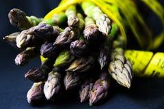 Asparagus i żółty pomiarowy metr na ciemnym tle Zdjęcie Stock